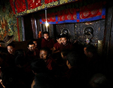 Monks interrupt state media tour at the Jokhang Temple